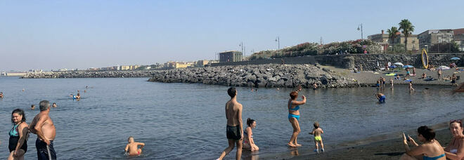 Anguria di traverso, rischia di soffocare in spiaggia a Portici: salvata dal bagnino