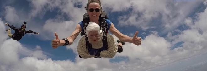 Irene Ochia, a 102 anni lancio record con il paracadute da 4mila metri