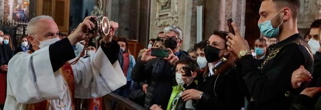 San Gennaro fa il miracolo, Napoli è salva: lo scioglimento del sangue dopo un giorno di preghiere
