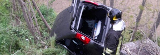 Benevento, auto in bilico sul burrone: tragedia sfiorata, madre e bimbo salvi