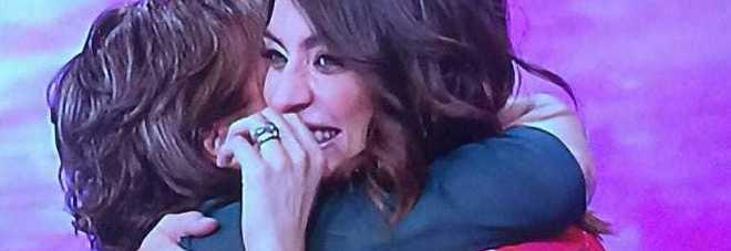 Elisa Isoardi abbraccia la mamma dopo