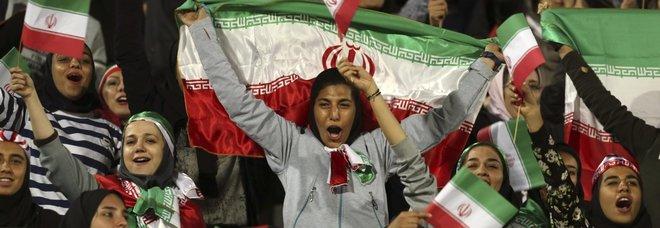 Iran, donne ammesse allo stadio per la prima volta. Ma solo per partite internazionali