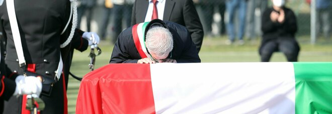 Attanasio, i funerali a Limbiate. I genitori: «Caro Luca, staremo vicini alle tue bimbe»