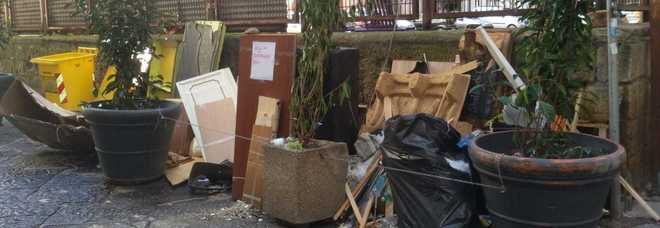 Napoli, via Poerio: da giorni una catasta di rifiuti ingombranti non viene raccolta da nessuno