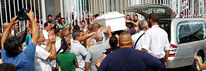 La morte di davide i funerali allestita nel quartiere la for Il mattino di napoli cronaca
