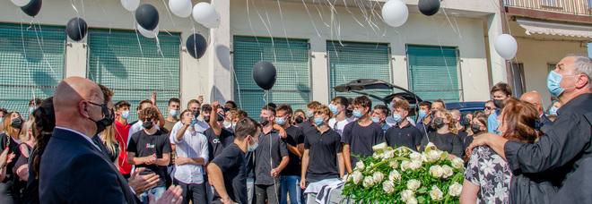 Diciasssettenne morto mentre gioca a calcio in oratorio: palloncini bianchi per salutare Christian