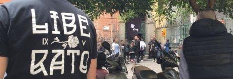Il primo negozio di Liberato a Napoli: tutti all'assalto di gadget e magliette