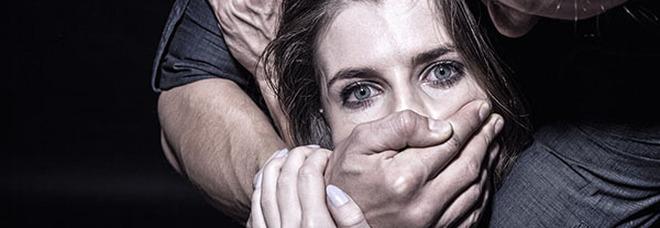 Violenza sessuale a Portici: 18enne telefona alla mamma e fa arrestare l'orco