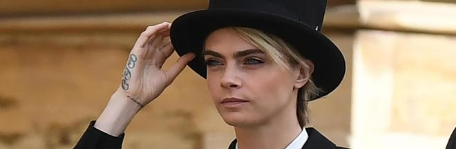 Cara Delevingne regina di stile: look tradizionale, ma a modo suo