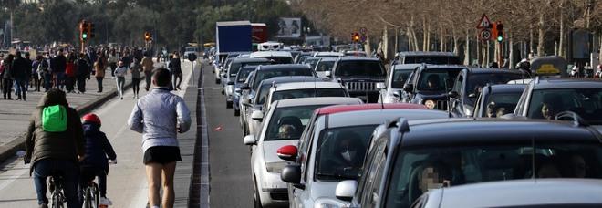 Covid a Napoli, bel tempo e zona gialla: sabato di traffico in tilt e folla ovunque