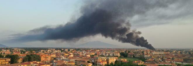 Incendio a Torre del Greco a ridosso del casello autostradale: paura nella notte