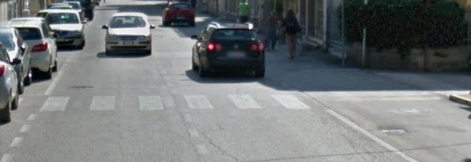80enne investito mentre attraversa la strada: batte la testa, è grave