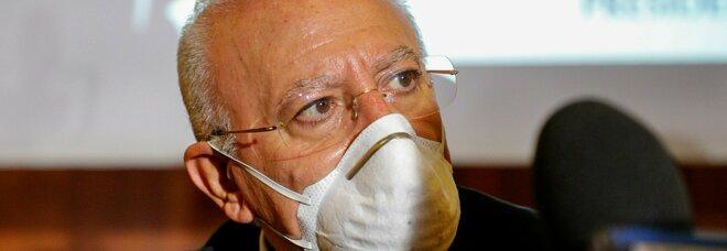 Mascherine obbligatorie in Campania, De Luca avverte: «Mille euro di multa a chi cammina senza»