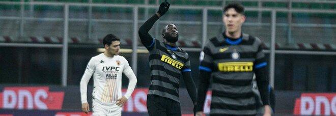 L'Inter risponde a Milan e Juve: 4-0 al Benevento, sanniti al tappeto