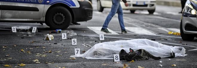 Bus per l'aeroporto investe e uccide un uomo in bici: il dramma in pieno centro