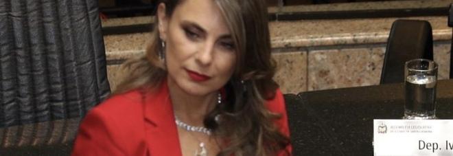 La profonda scollatura di una deputata brasiliana scalda la rete