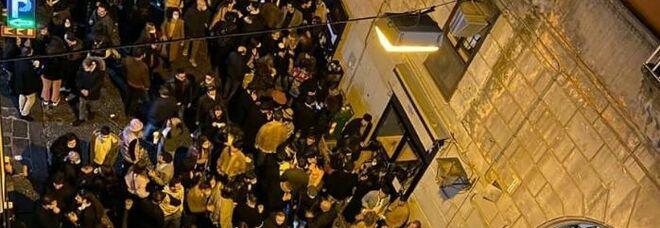 Napoli zona gialla, maxi assembramento nelle strade della movida: in tanti senza mascherina
