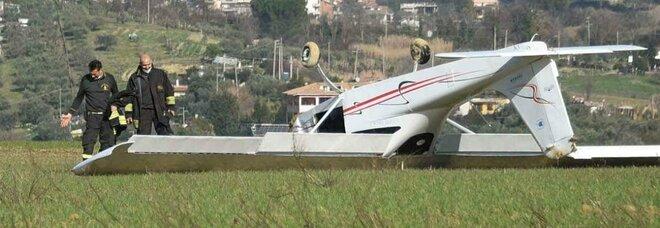 """Roma, aereo ultraleggero cade a Fidene per una """"piantata"""" del motore, i piloti: «Vivi per miracolo, così ci siamo salvati» Foto"""