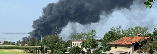 Incendio a Bergamo, brucia la ditta plastica GioStyle: paura per la colonna di fumo nero