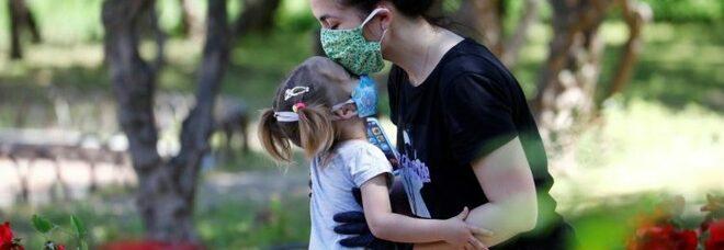 Baci, abbracci e strette di mano: quando si potrà? Ecco cosa dicono i virologi