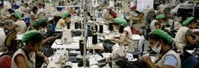 Immigrati come schiavi nella fabbrica tessile: imprenditore in arresto, azienda sequestrata