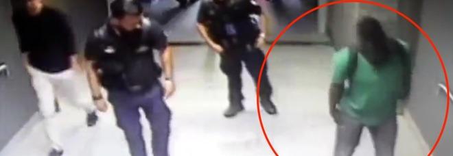 Girava in stazione con un fucile nei pantaloni: denunciato il 'finto zoppo' senegalese