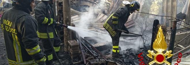 Rogo distrugge casolare a Grottaminarda, ore di lavoro per spegnere le fiamme