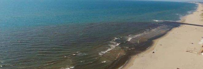 Mare campano, è ancora emergenza: macchia alla foce di Lago Patria
