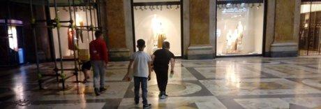 Galleria Umberto, scooter in sosta e tiro a segno contro le vetrine