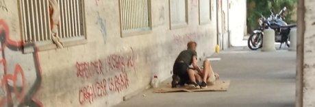 Sesso tra clochard sotto i portici, a Caserta sale l'indignazione