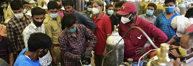 Covid, in India il record mondiale di contagiati in un giorno: 315 mila casi, il governo requisisce l'ossigeno alle industrie