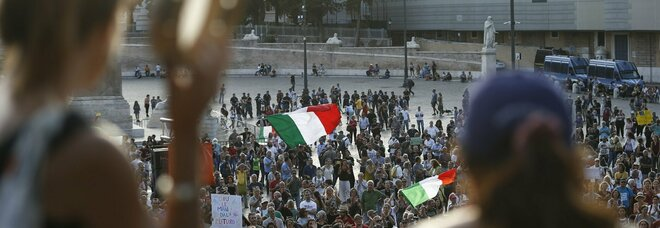 No Vax, blitz della polizia: in chat preparavano violenze armate a Roma. Indagate anche 5 «guerriere»