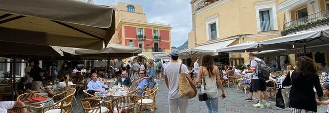 Mordi e fuggi in Piazzetta, Capri ritrova i pendolari: ieri oltre tremila sbarchi