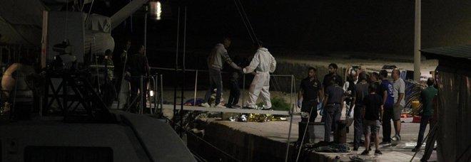 Migranti, raffica di mini sbarchi a Lampedusa: oltre cento migranti al centro di accoglienza