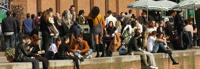Milano, spunta la discoteca all'aperto in Darsena: decine di persone per l'aperitivo