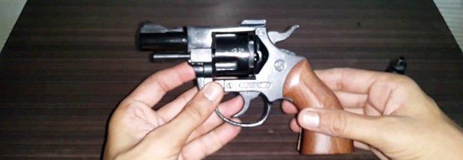 Una pistola carica sul tavolo della cucina: arrestata 43enne a Ponticelli