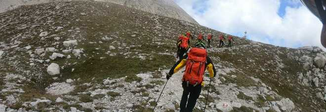 Due turisti olandesi inseguiti e accerchiati da cani pastori: terrorizzati arrampicano sulla roccia