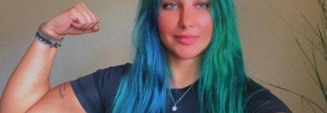 Refa, l influencer saudita perde la custodia figli per i tatuaggi e i capelli verdi: «È una mamma inadatta»