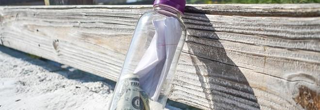 Bottiglia con le ceneri di una persona e del denaro appare su una spiaggia degli Stati Uniti