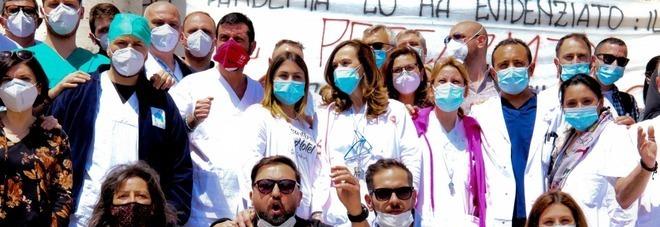 Napoli, la protesta dei precari del Covid al Cardarelli: «Vogliamo certezze»