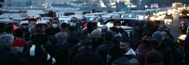 Campania in zona arancione, la rivolta dei commercianti: blocchi stradali a piazza Vittoria