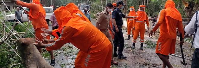 India, non solo covid: sul paese si sta abbattendo il ciclone Tauktae, il più violento dal 1998