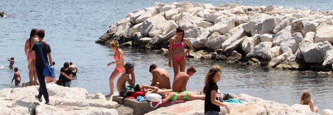 Vendita Ombrelloni Da Spiaggia Napoli.A Ogni Spiaggia Il Suo Abusivo Viaggio Nell Illegalita Dell Estate
