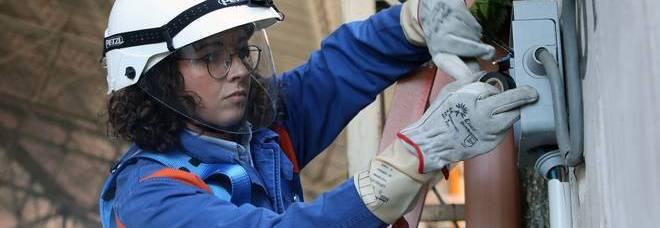 Arianna, unica donna fra 600 operai Enel. E' napoletana, si arrampica e lavora sui tralicci meglio dei maschi