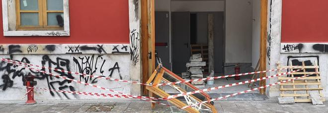 Cinema Eliseo, altro che cultura: i soliti vandali notturni sfondano l'ingresso