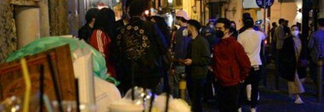 Coprifuoco a Napoli con la movida fuori controllo: blitz di vigili e polizia per sgomberare i baretti