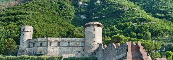 Castellammare, per nozze e feste gazebo e tendoni al castello-simbolo. Ma sono abusivi