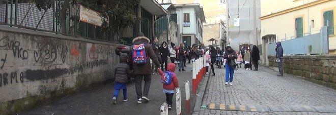 Riapertura scuole in Campania, tornano in classe le elementari: «Ma abbiamo paura di eventuali focolai»