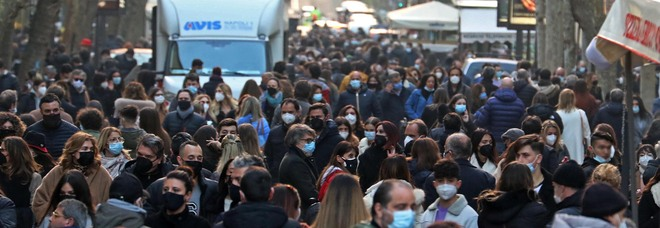 Stop ai locali per Covid, ma la movida non si ferma: a Napoli scene di caos e pochi controlli