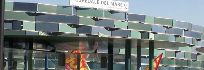 Covid a Napoli, protesta all'ospedale del Mare: «Sanità pubblica, assunzioni stabili»